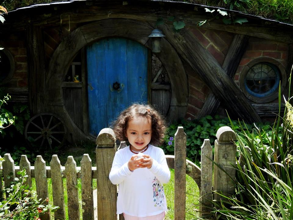 Lara and the little home at Hobbiton Movie Set